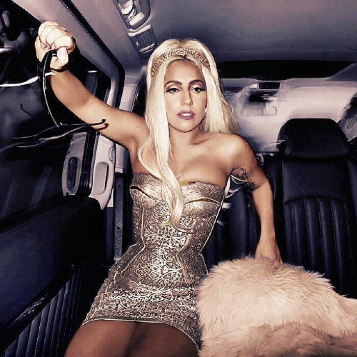 Лейди Гага със Сребриста Къса Рокля