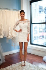 къса бална рокля с бяла дантела