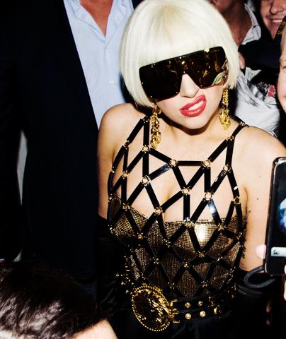 Лейди Гага с Рокля в Златно
