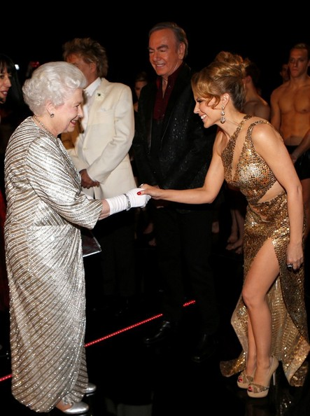 Кайли Миноуг със златна рокля при Английската Кралица Елизабет