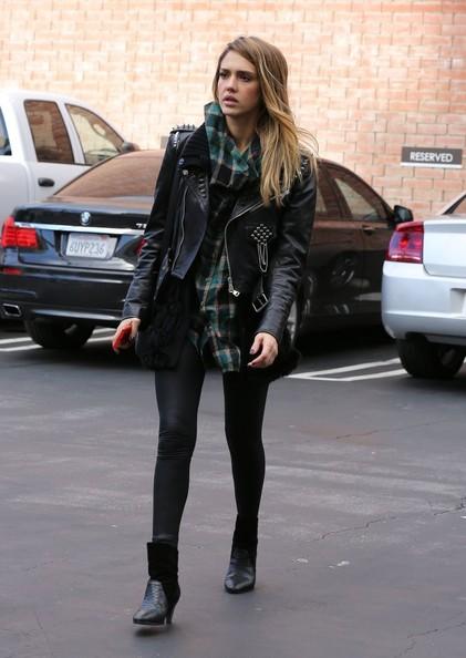 Джесика Алба с черно кожено яке с шипове