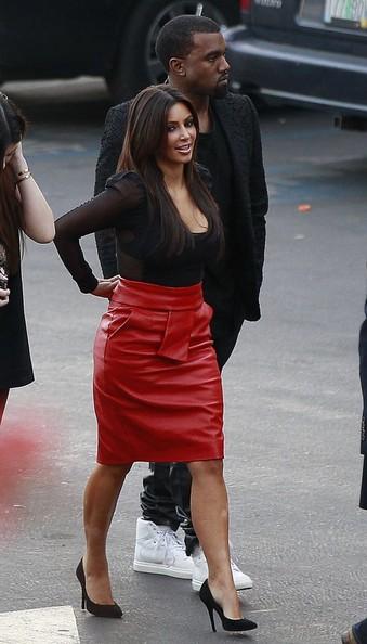 Ким Кардашиян със Секси Червена Пола