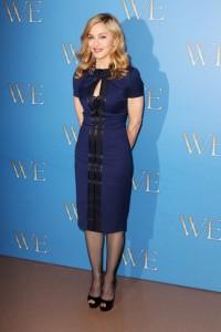 Мадона с Елегантни Бални Обувки на Висок Ток