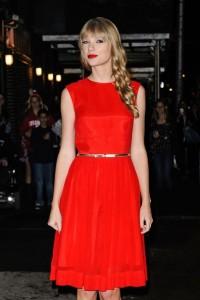 тейлър суифт грим и червена рокля