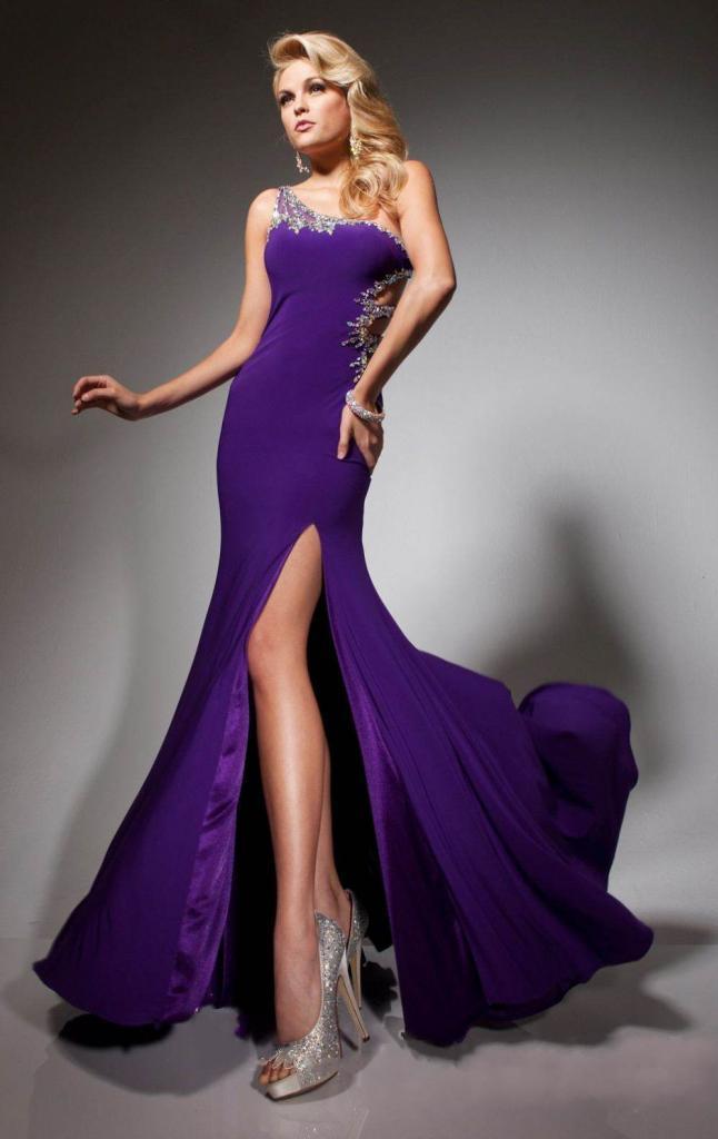 дълга лилава бална рокля с цепка