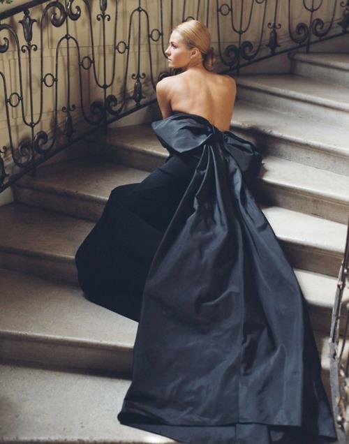дълга синя рокля с панделка и гол гръб