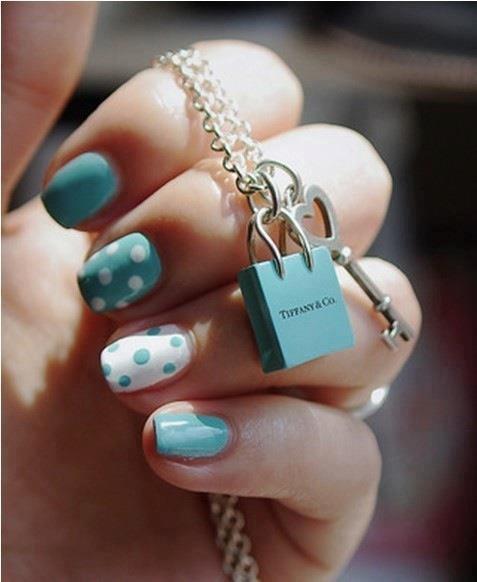 лакирани нокти в син цвят