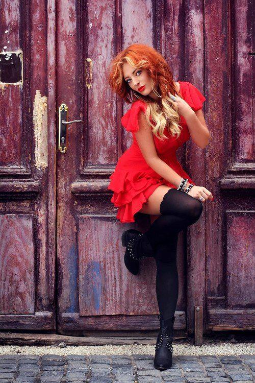къса червена рокличка