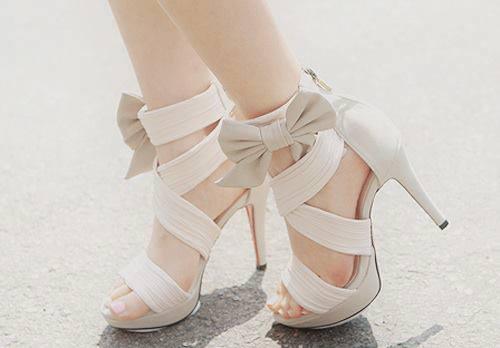бели обувки с панделки