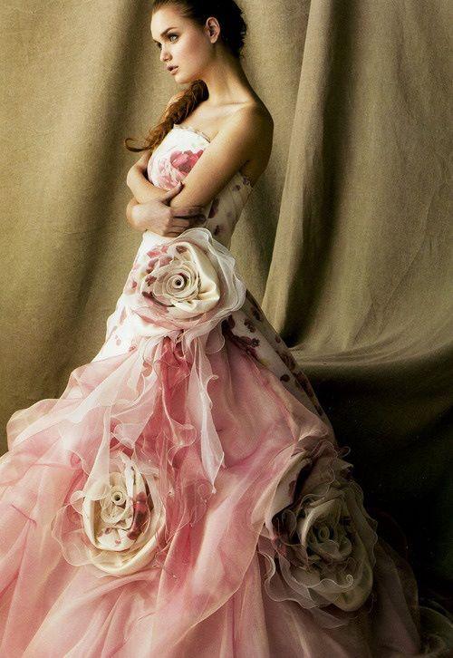 ефектна дълга рокля с рози
