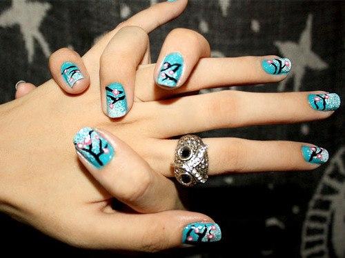 син лак за нокти с декорации