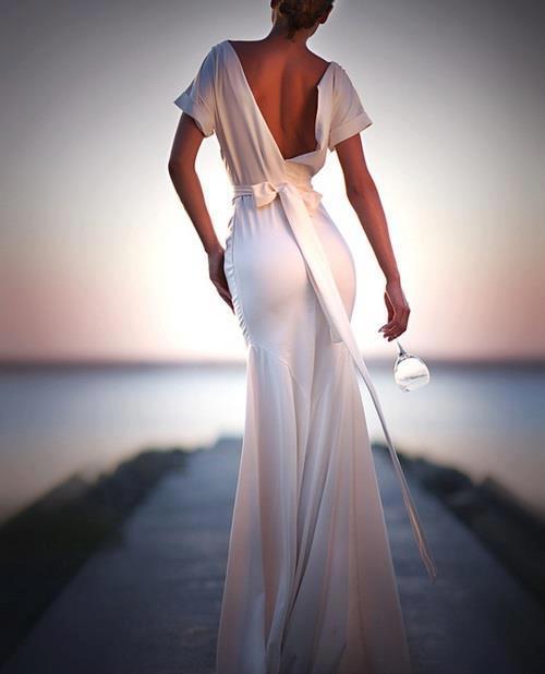дълга бяла елегантна рокля