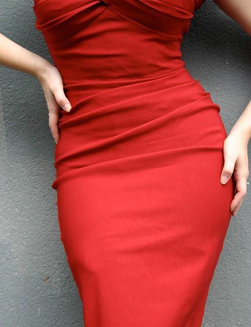 червена секси рокля по тялото