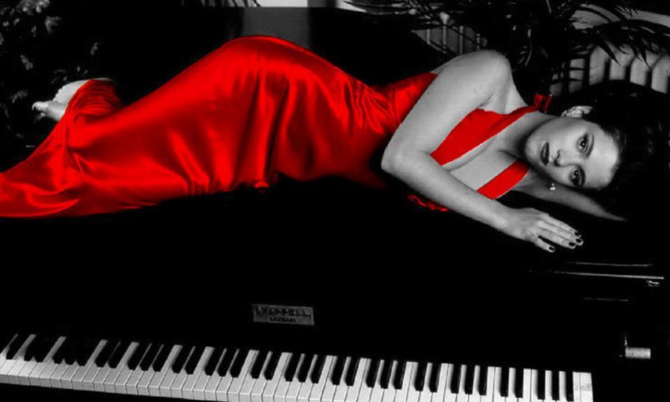 червена рокля за певици