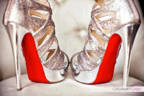 златни обувки с висок ток