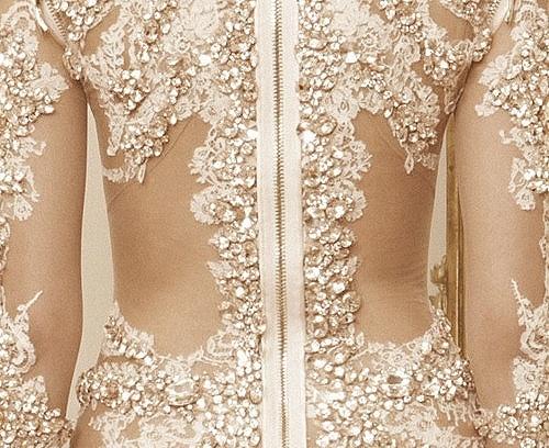 дантелена рокля с камъни