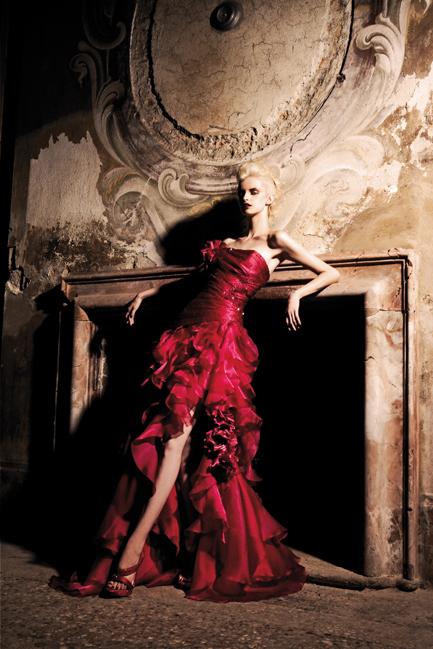 романтична бална червена рокля