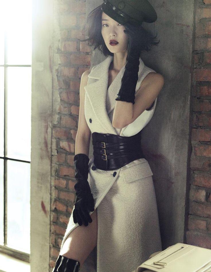 бяла рокля черни аксесоари