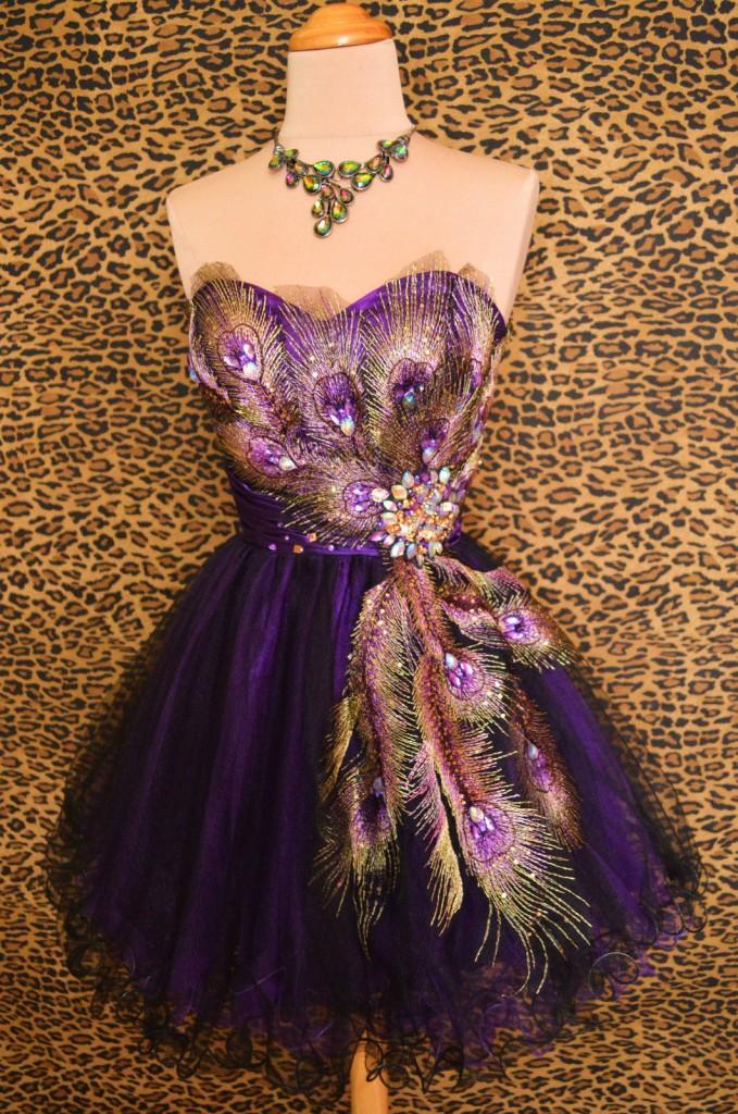 къса лилава абитуриентска рокличка паунови пера