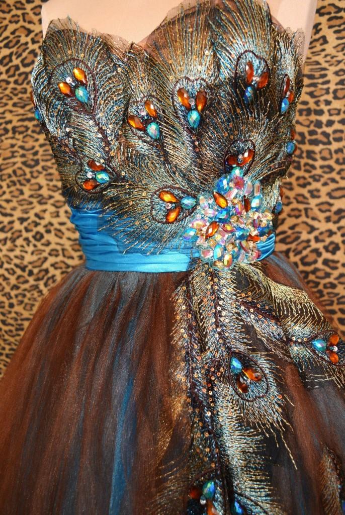 дълга абитуриентска рокля паунови пера