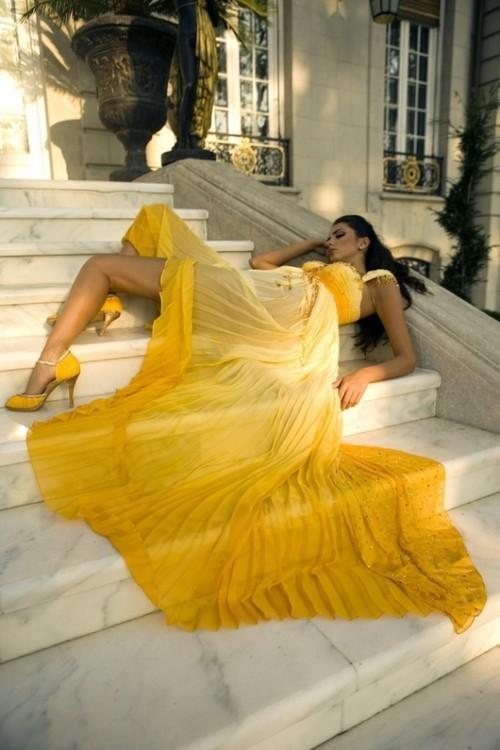 жълта елегантна бална рокля