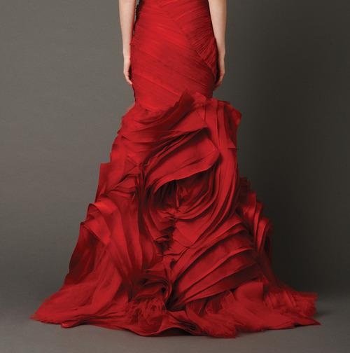червена дълга бална рокля детайл
