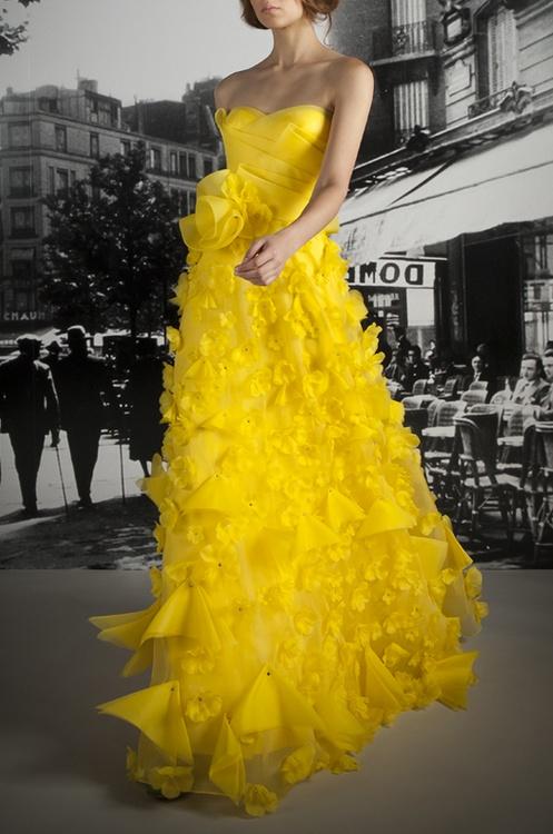жълта бална рокля волани