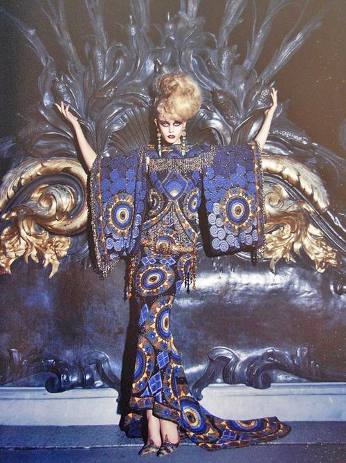 китайска богиня в изискана рокля