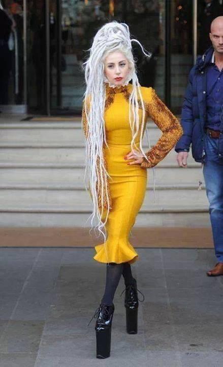Лейди Гага с Жълта Рокля