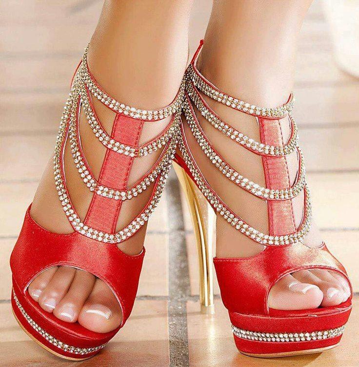 червени сандали със златни токчета