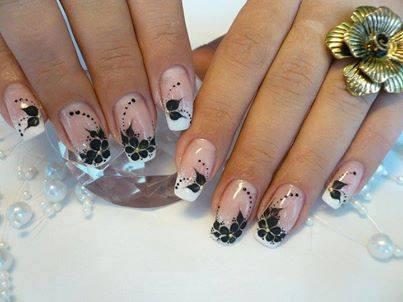 маникюр в розово с черни цветя
