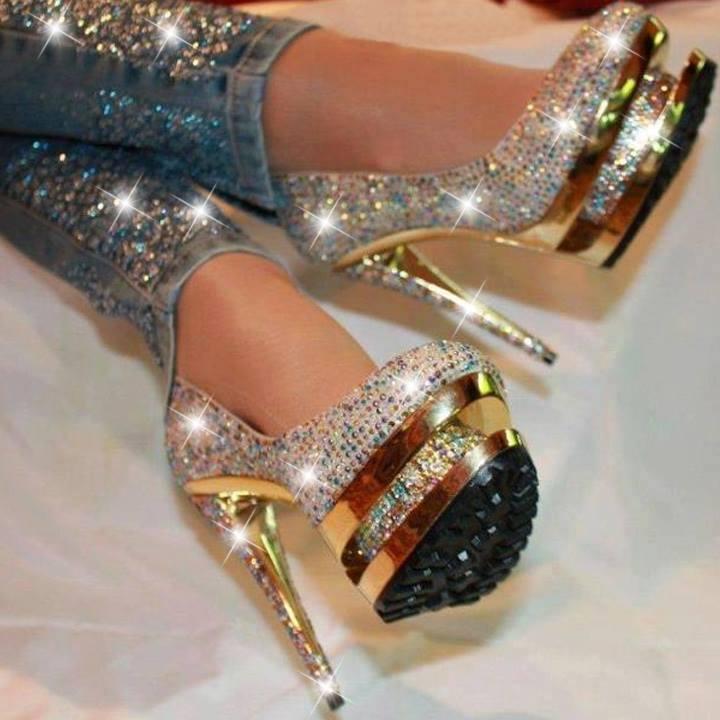 блестящи златни обувки на висок ток