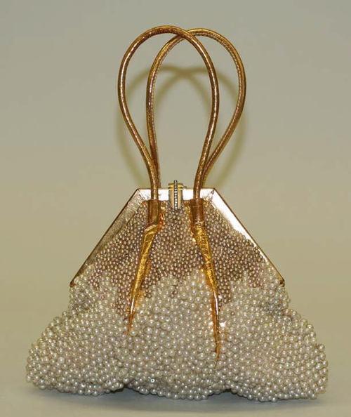 бална чантичка със златна дръжка и кристали