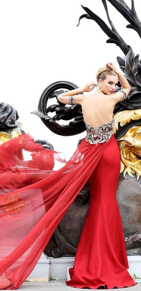 червена рокля с гол гръб и шлейф