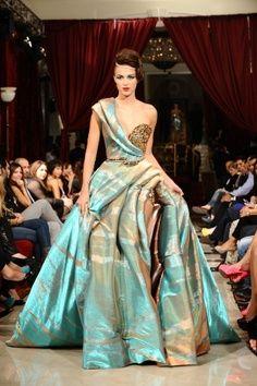 пищна бална рокля с кринолин