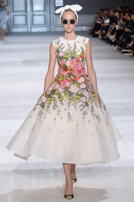 бяла бална рокля с рози