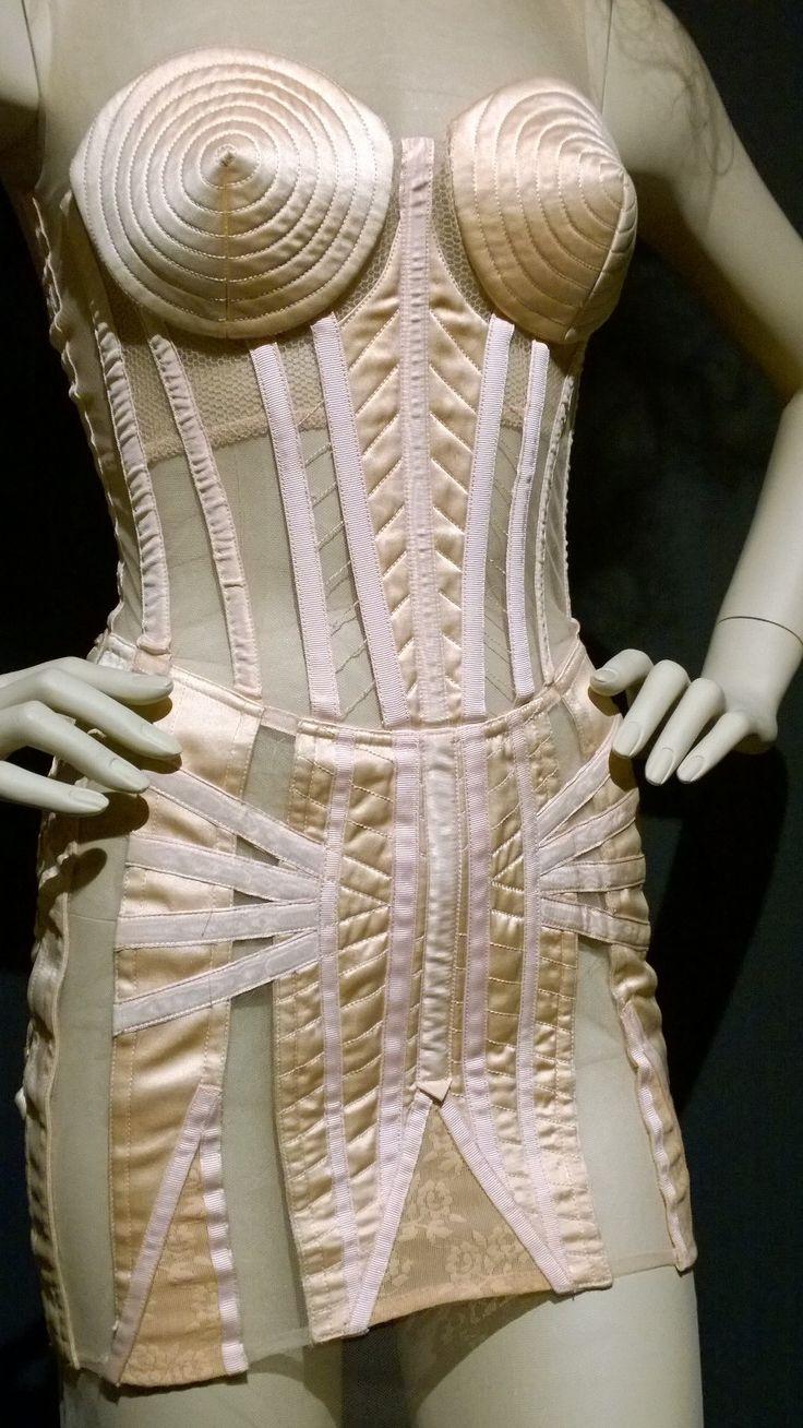къса златиста рокля