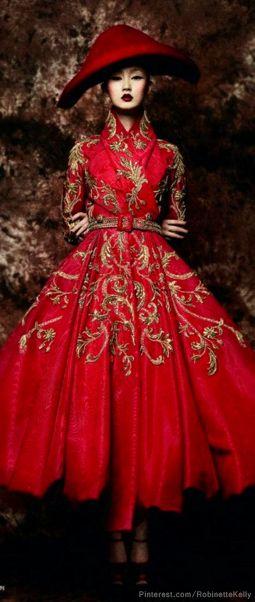 червна дълга рокля със златни декорации