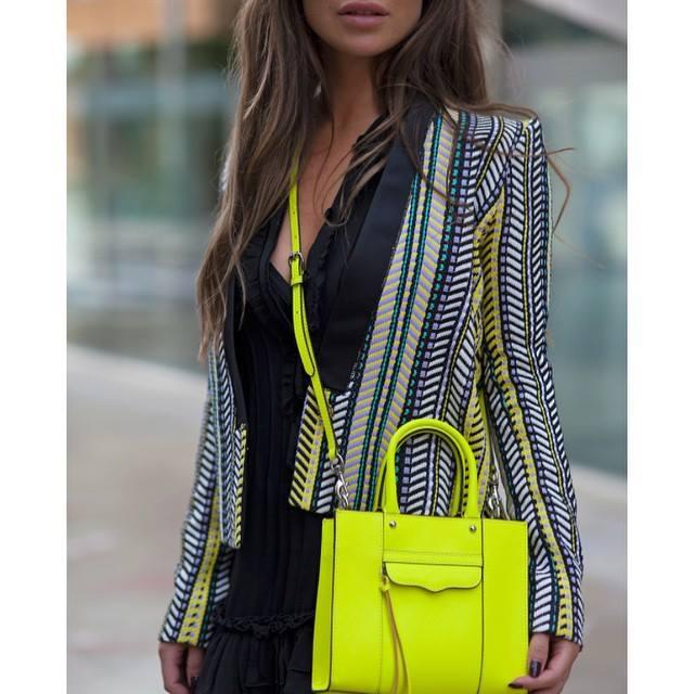 неоново жълта чантичка