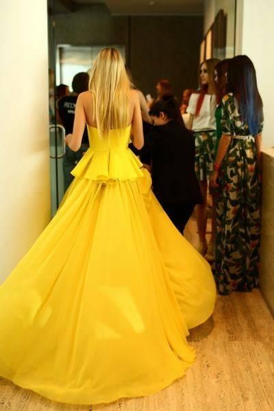 жълта дълга рокля