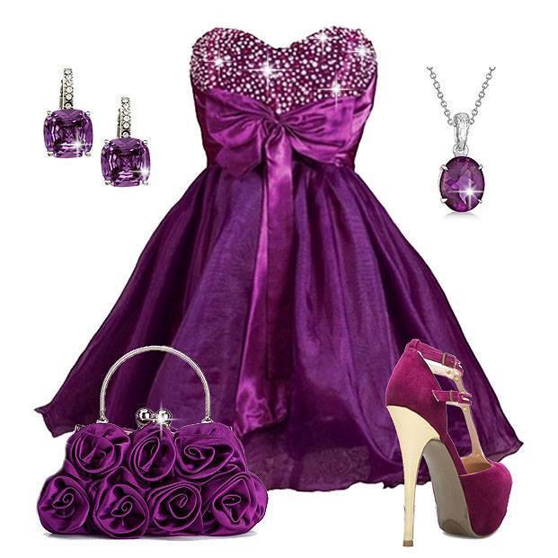 къса официална рокля в лилаво с лилави аксесоари