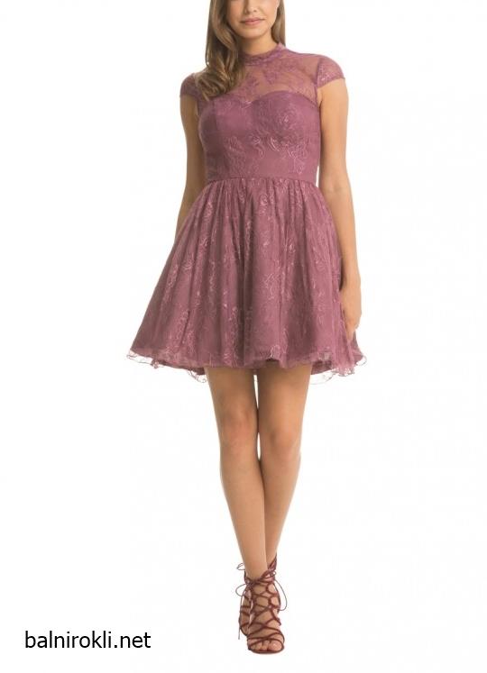 къса лилава дантелена рокличка с гол гръб