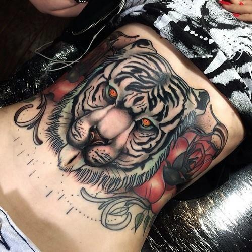 дамска татуировка с тигър на корема