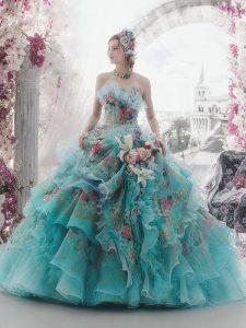синя бална рокля с флорални декорации