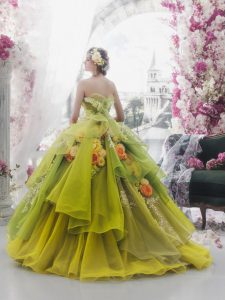 Зелена бална рокля с флорални декорации