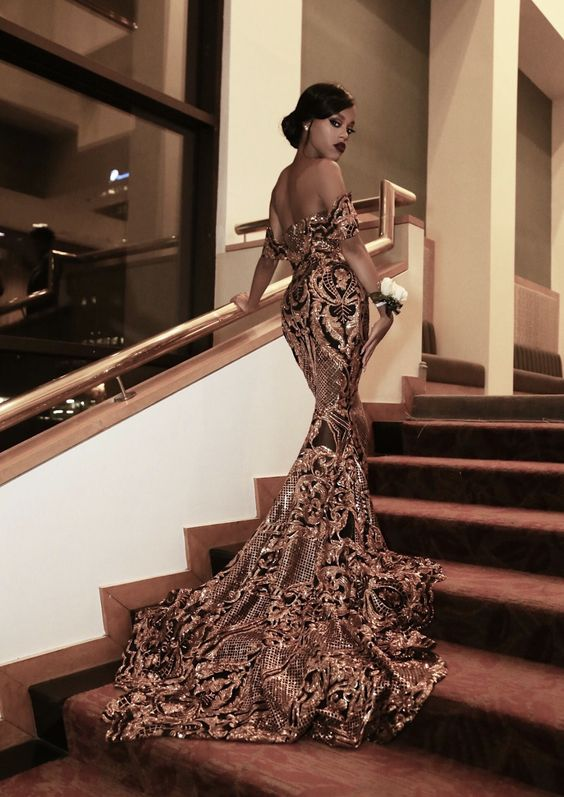 дълга рокля за бал със златисти декорации