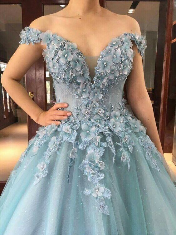 дълга светлосиня рокля за бал от тюл с флорални декорации
