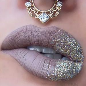 сочни плътни устни матово червило телесн цвят и сребрист брокат