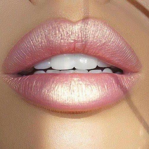 розови сочни плътни устни с перлено червило