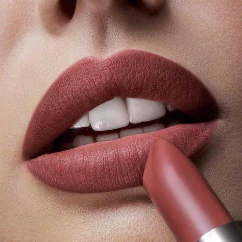 червени сочни плътни устни с матово червено червило